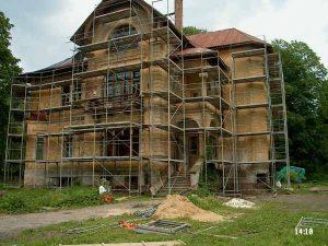 lešení vně domu