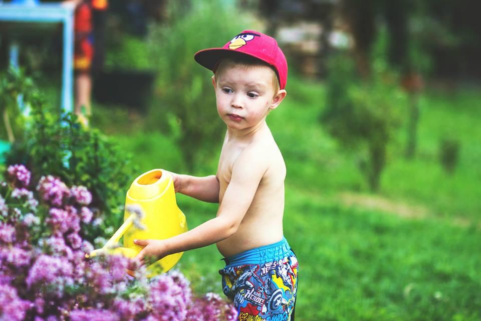 dite zahrada zalevani konev